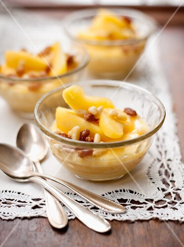 Semolina pudding with apples, raisins and pine nuts