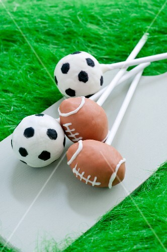 Cake Pops decorated like soccer balls and footballs