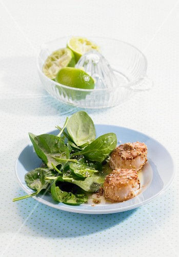 Scallops with spinach salad and sesame seeds