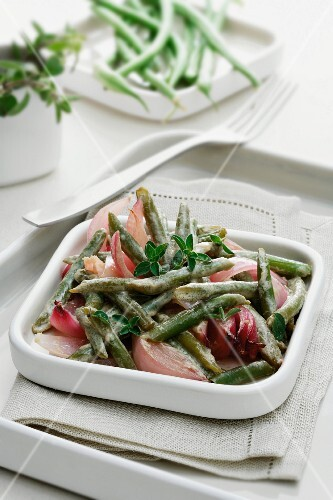 Green beans and onions with vinegar and herbs