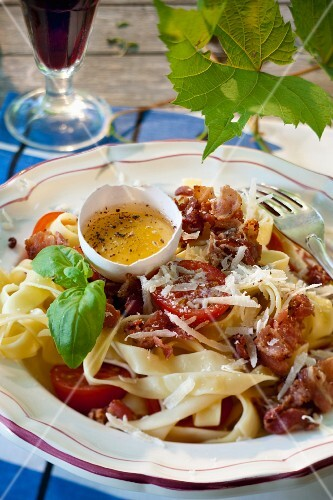 Pasta carbonara with tomato and egg