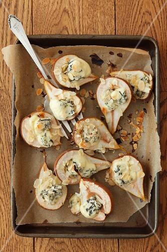 Baked pears with blue cheese and slivered almonds