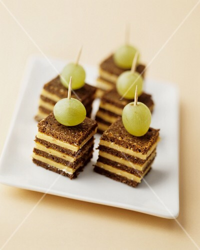 Pumpernickel and cheese canapés with grapes