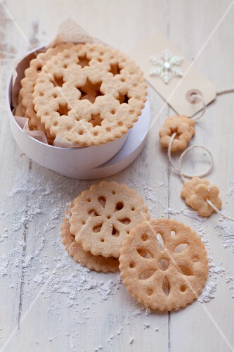 Lace biscuits with a tin