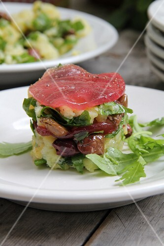 Mashed potatoes with olives, rocket and tuna
