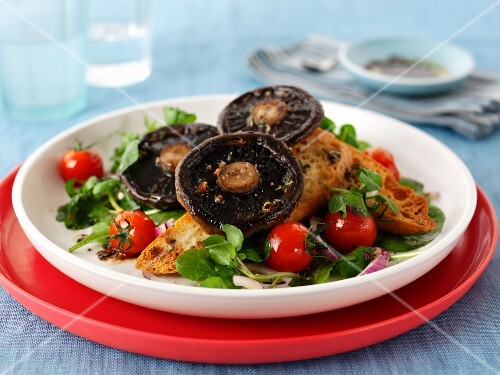 Toast topped with mushrooms and tomatoes