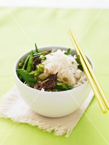 Beef with mange tout, peas and rice