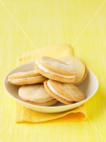Cream-filled lemon biscuits
