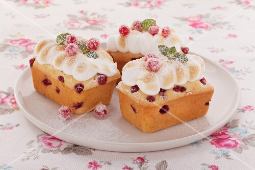 Mini redcurrant cakes with meringue