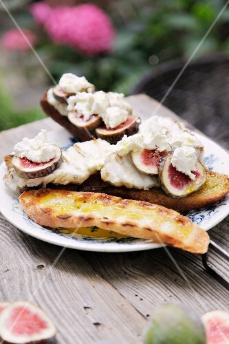 Monk fish on white bread with figs and goat's cheese