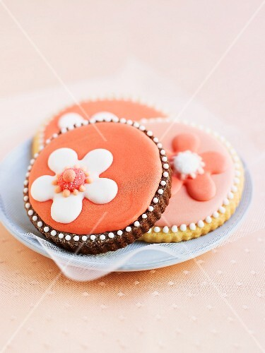 Biscuits decorated with iced flowers