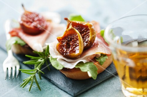 Bruschetta emiliana (bruschetta topped with balsamic figs, Italy)