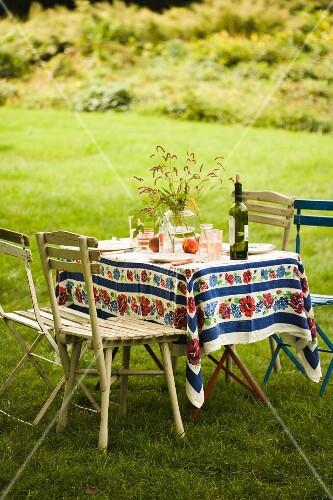 sommerlich gedeckter tisch im garten bild kaufen 11146762 stockfood. Black Bedroom Furniture Sets. Home Design Ideas
