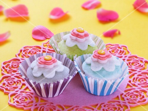 Cupcakes decorated with sugar flowers