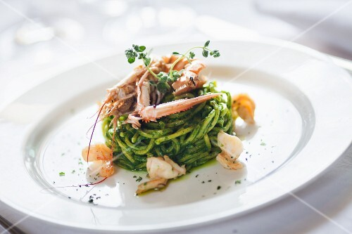Spaghetti pesto e scampi (pasta with pesto and langoustines)