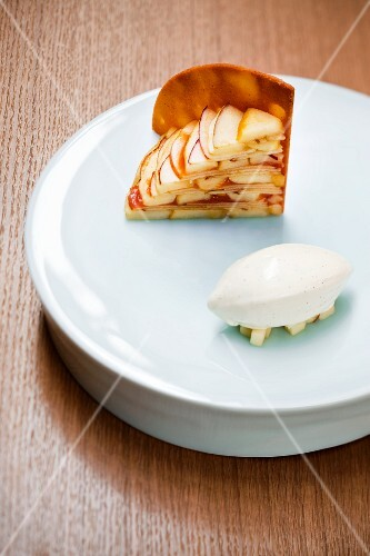 Apple and quince cake with vanilla ice cream