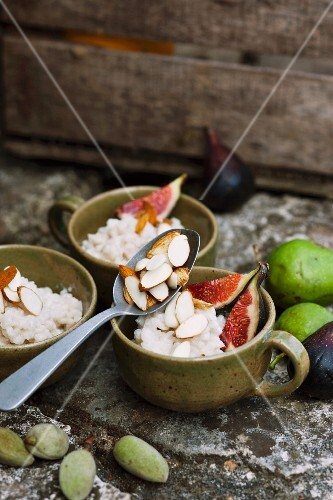 Rice pudding with almonds and figs