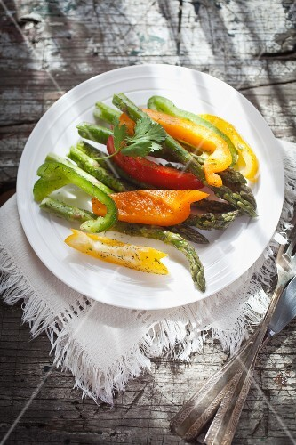Vegetable salad with asparagus and peppers