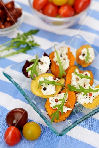 Vegetable crisps with cream cheese and rocket