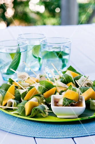 Chicken skewers with mango and mint