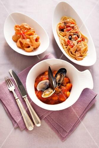 spaghetti mit lachssauce bucatini mit ricottacreme und gnocchi mit muscheln bild kaufen. Black Bedroom Furniture Sets. Home Design Ideas