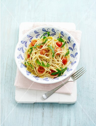 Linguine with tomatoes and rocket