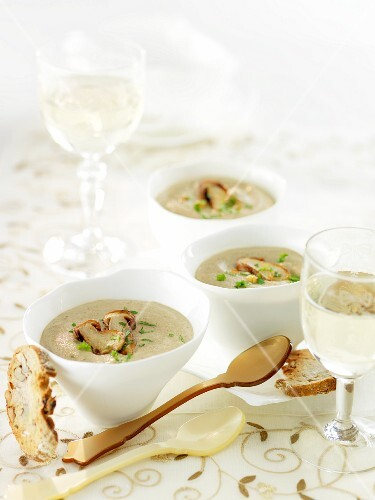 Autumnal porcini mushroom soup with nutty bread