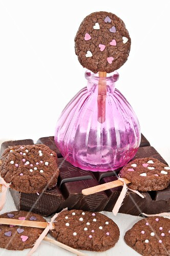 Biscuit lollipops with sugar hearts
