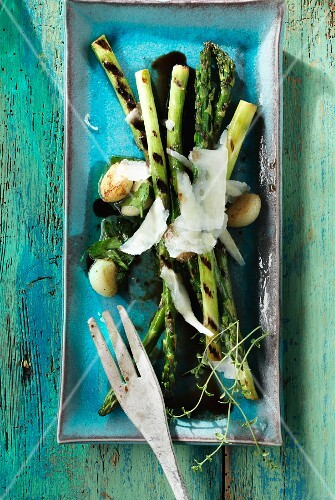 Barbecued asparagus with garlic