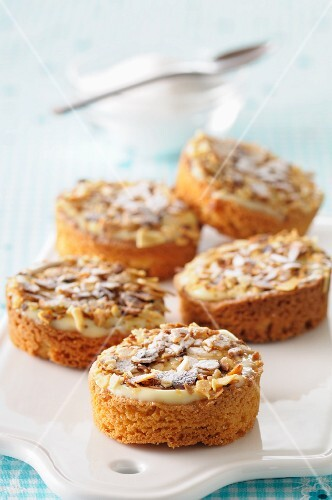 Almond tartlets with vanilla cream and icing sugar