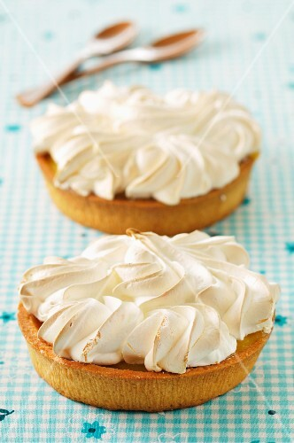Lemon tarts with meringue