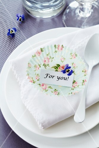 Paper cake case as place card holder