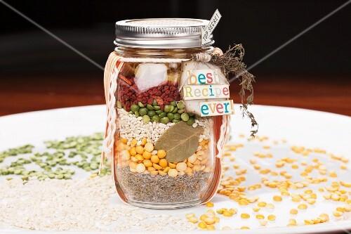 Verschiedene suppenzutaten in einem schraubglas zum verschenken bild kaufen 11187708 stockfood - Bilder verschenken ...