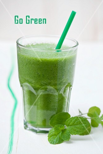 A green smoothie made with spinach, lamb's lettuce, apple, banana and apple mint