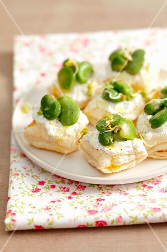 Puff pastry tartlets with ricotta and broad bean
