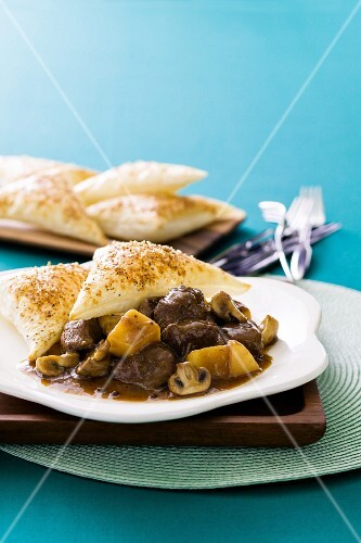 Beef pie with peppers and mushrooms