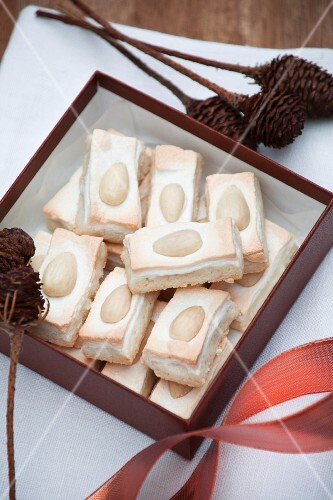 Almond biscuits with meringue