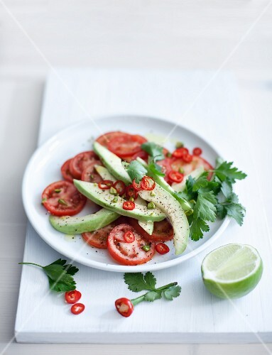 Tomato-avocado salad with pepper rings