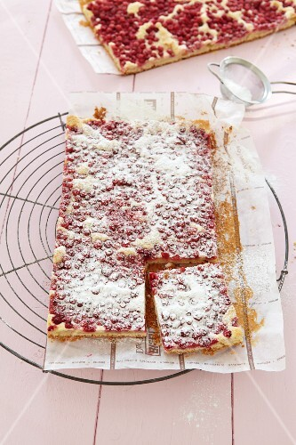 Redcurrant cake with icing sugar