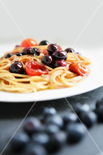 Spaghetti with black olives and cherry tomatoes