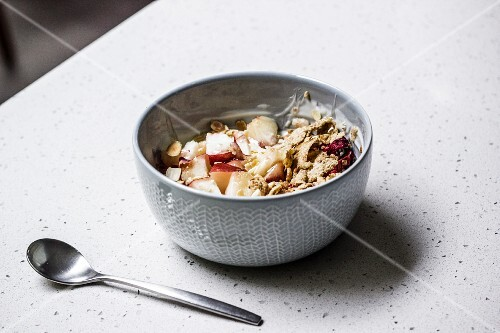Yoghurt muesli with cereal grains and peach
