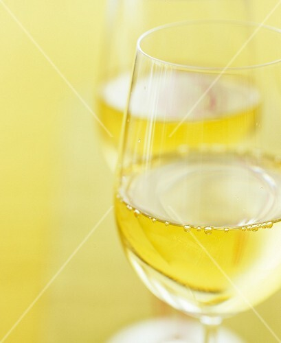 Two glasses of white wine (close-up)