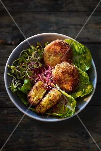 Crab cakes with lettuce and edible shoots