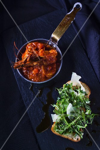 Tomato and shrimps stew with ruccola bread