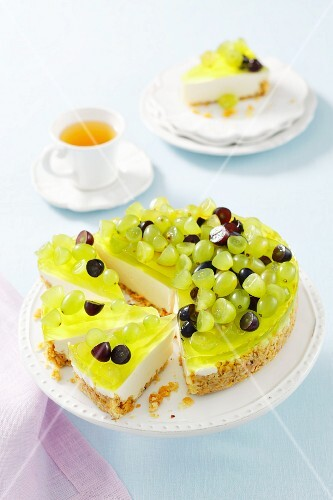Yoghurt torte with jelly and grapes