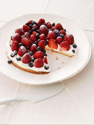 Quick berry tart with mascarpone, one slice removed