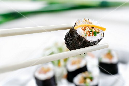 maki sushi mit sesam und lachs bild kaufen 11220614 stockfood. Black Bedroom Furniture Sets. Home Design Ideas