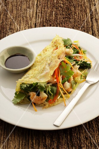 Omelette with prawns, vegetables and coriander (Asia)