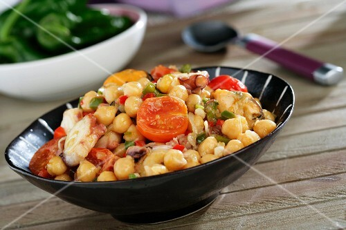 Chickpeas with tomatoes, octopus and mussels