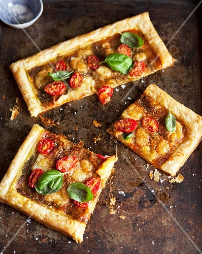 Puff pastry tart with tomatoes and cheese